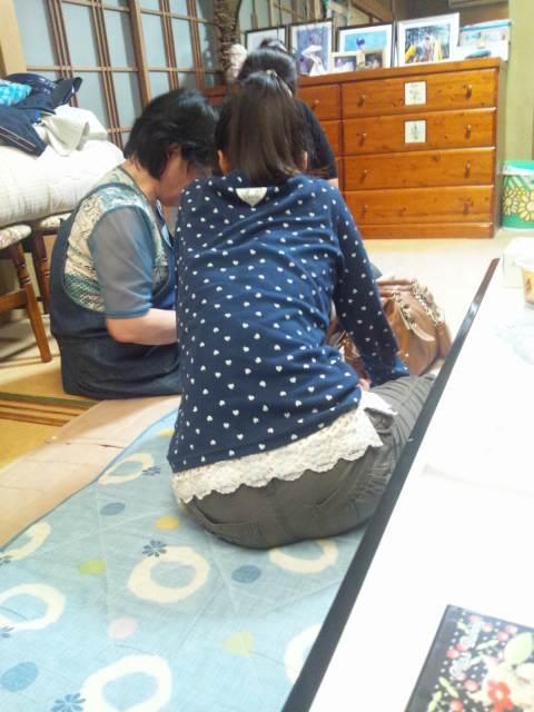 孫に裁縫を教える、母